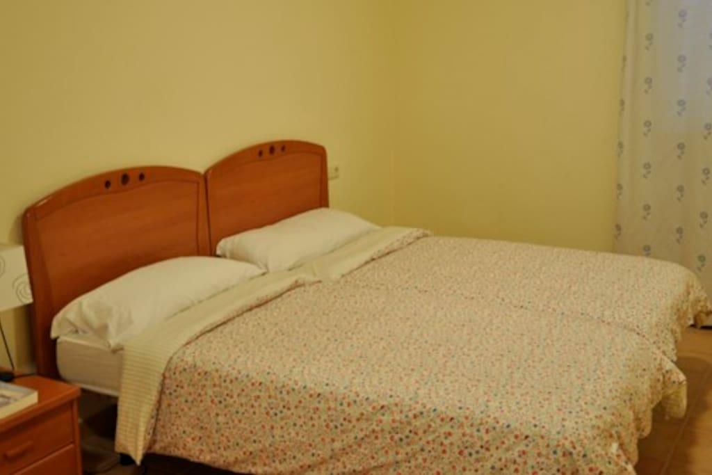 Dormitorio principal. Los dormitorios disponen de sábanas, edredones, almohadas y toallas.