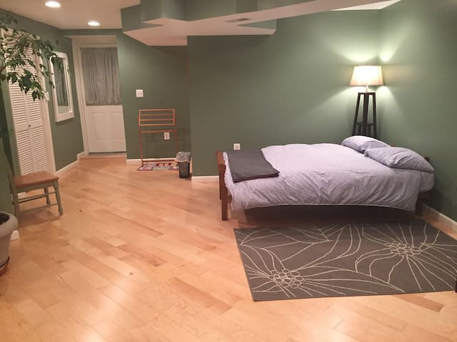Large walk-out guest suite, private - Kensington