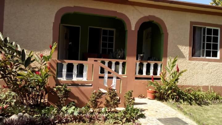 Villa de Michelle - cozy & near local attractions