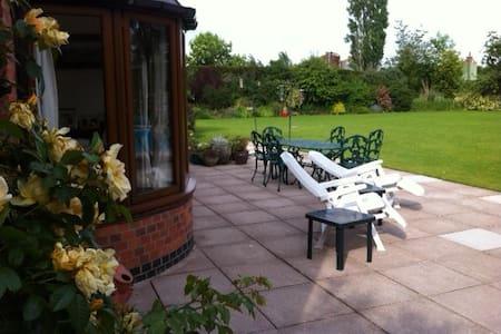 Farmhouse Bed & Breakfast - Yellow Room - Bed & Breakfast