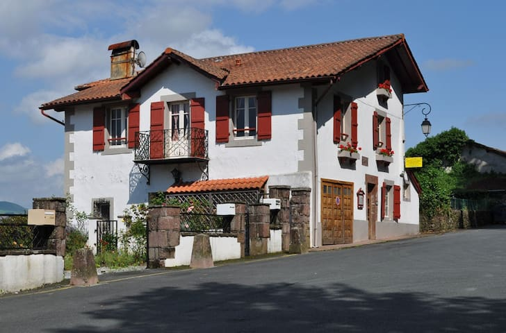 Errecaldia: third bedroom - Saint-Jean-Pied-de-Port - Bed & Breakfast