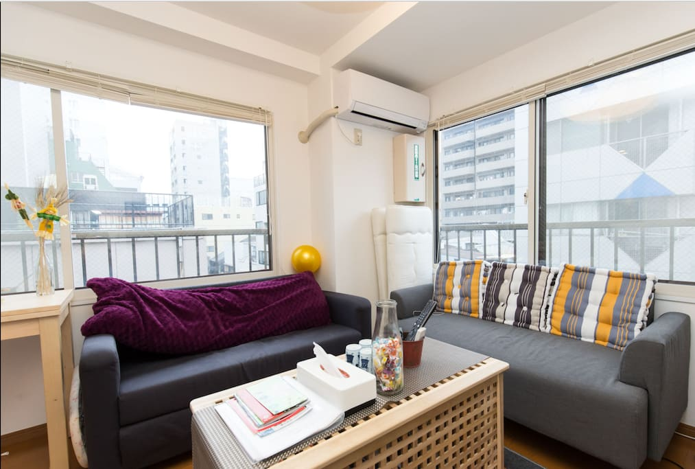 4F Living room with 2 double size sofa, 1 can be converted to double bed 4樓客廳兩個雙人沙發,其中一個可做雙人沙發床