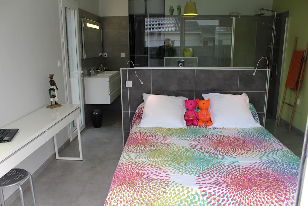 prolongement de la chambre avec la salle de bain et le dressing