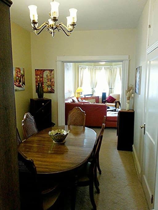 comfortable diningroom.