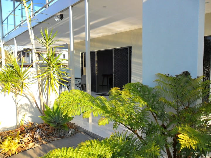 RIVERVIEW LUXURY APT. BURRUM HEADS. SLEEPS 7