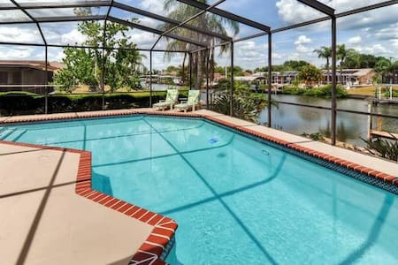 Beautiful Waterfront Pool Home near Beaches/Tampa - Apollo Beach - 단독주택