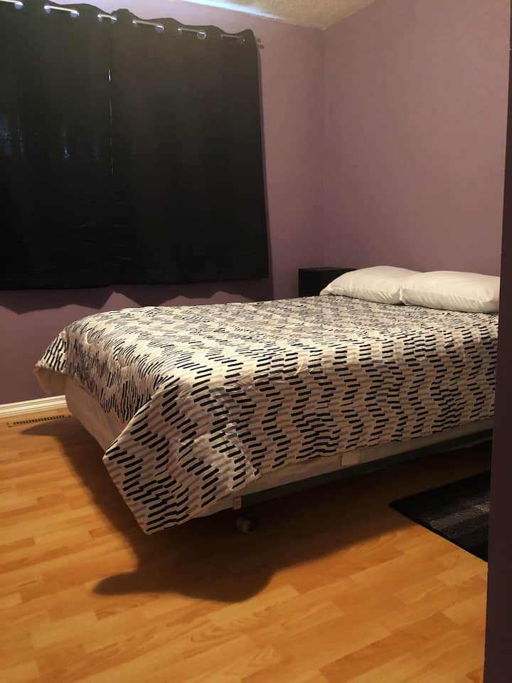 Private bedroom w/free wifi, laundry & parking