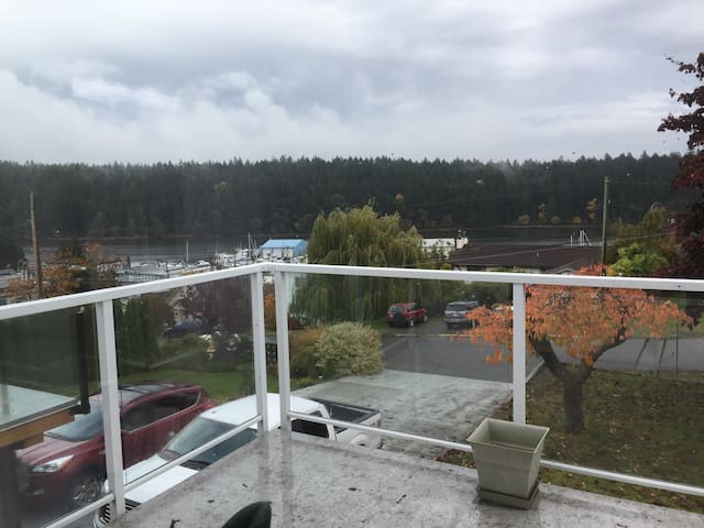 Quiet beautiful setting close to amenities and departure bay ferry. Ten min walk to ferry or downtown