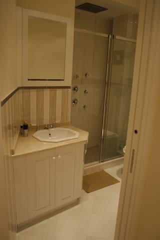 bagno con doccia e sanitari Devon & Devon