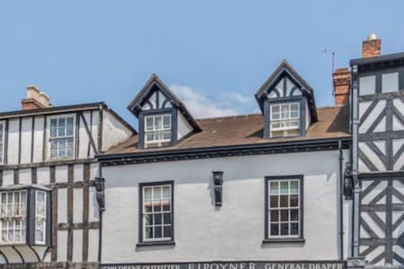 Luxury double bedroom on charming Broad Street - Ludlow