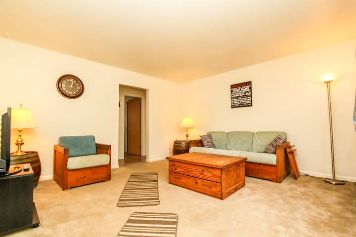 Upper 2 bdrm apartment by airport - Milwaukee - Leilighet
