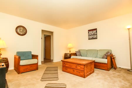 Upper 2 bdrm apartment by airport - Milwaukee - Apartment