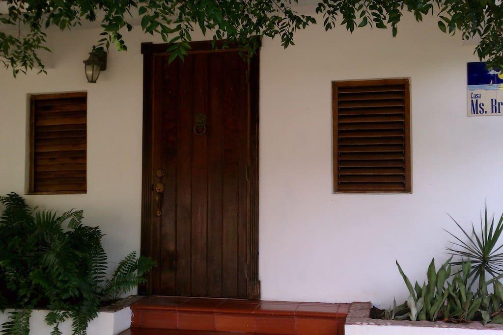 Puertas y ventanas creadas por artesanos locales