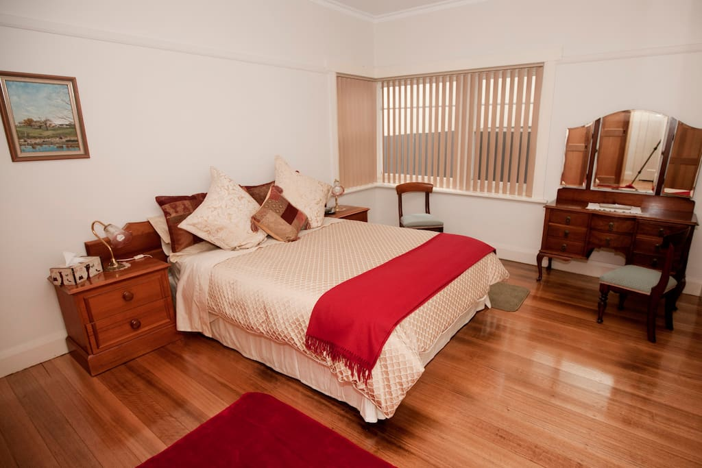 Main bed room, with queen bed.