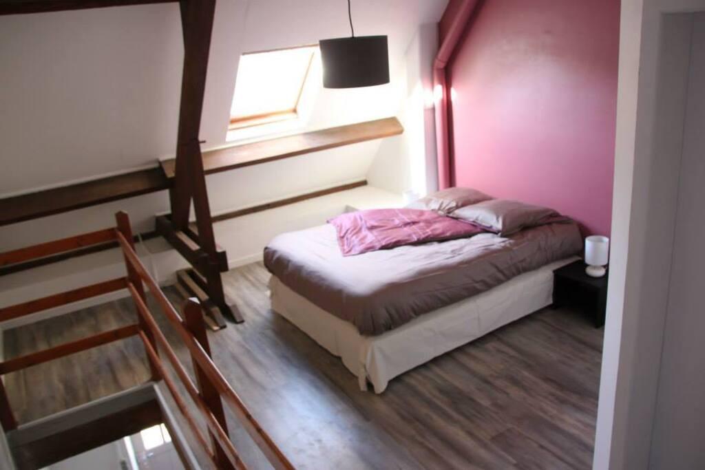 Un pallier aménagé avec un lit 2 places