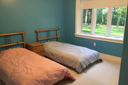 Room in a beautiful modern home - Ház