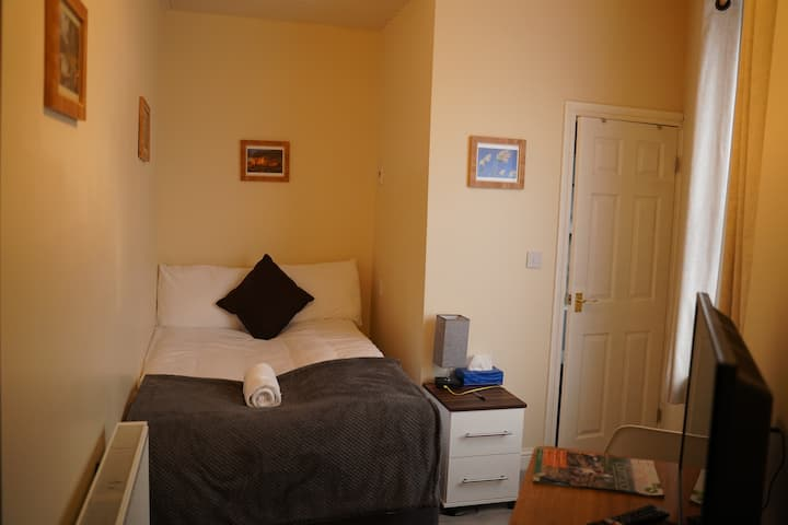 8* Double room-Comfort-En-suite with shower-City