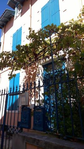 Entrée discrète pour un immeuble atypique dans le centre de Biarritz