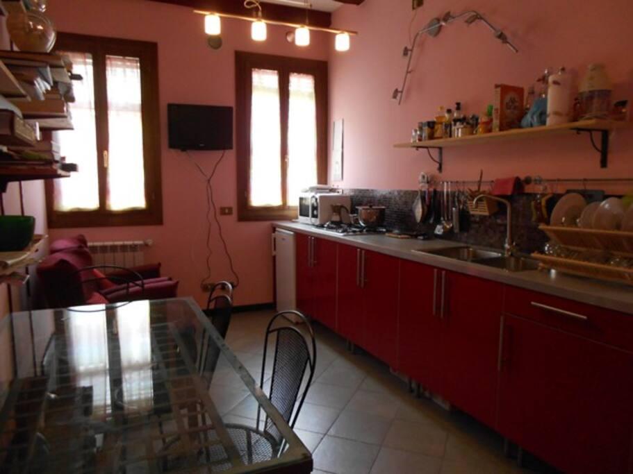 la cucina,luminosa e  comoda, due poltrone e tv