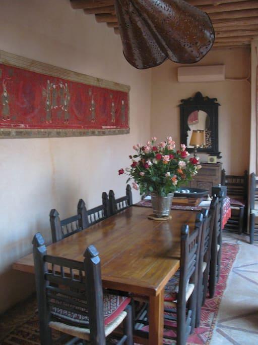 Esszimmer mit 3 Meter langem Tisch (für 12 Personen ...)