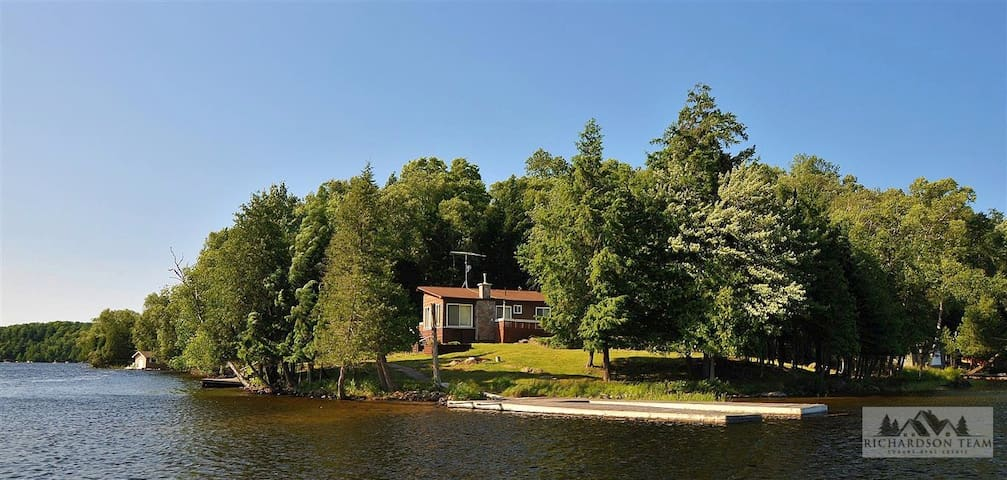 Spectacular Lake of Bays Point of Land and cottage - Huntsville - Cabin