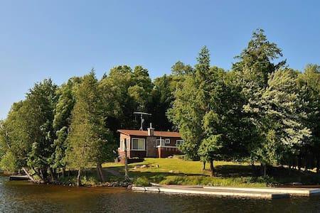Spectacular Lake of Bays Point of Land and cottage - Huntsville - Stuga