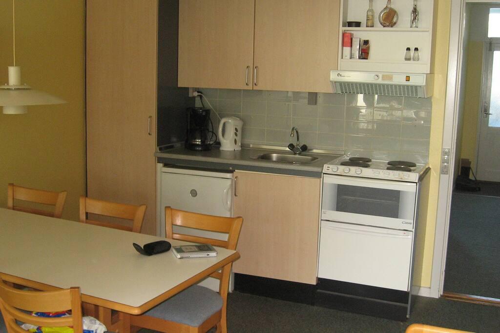 Køkkenet er fuldt udstyret og med opvaskemaskine og alle moderne apparater.