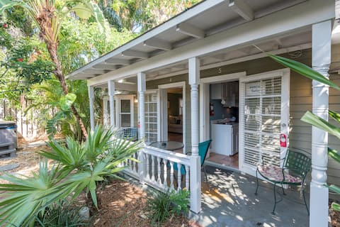 Studio suite w/ shared hot tubs, patio, kitchenette - steps from beach. Dogs OK!