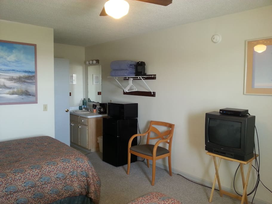 Spacious room with fridge, microwave and tv