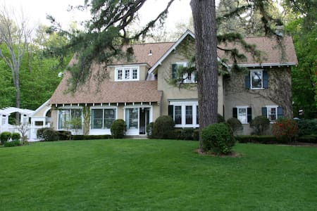 Howarth House Bed and Breakfast - Fitchburg