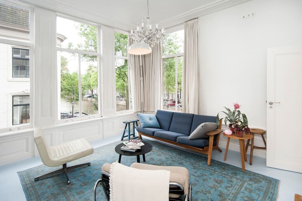 Separated sitting area ideal to relax and enjoy the King's canal view. At your door step , the 9 streets designers shops district of Amsterdam - Corner Junior Suite overlooking the Keizersgracht canal