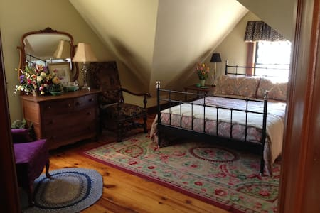 3rd Floor Guest Suite in Victorian - Springfield - House