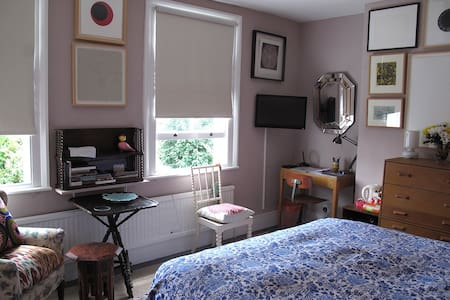 Large double room + private ensuite shower room - London - Bed & Breakfast