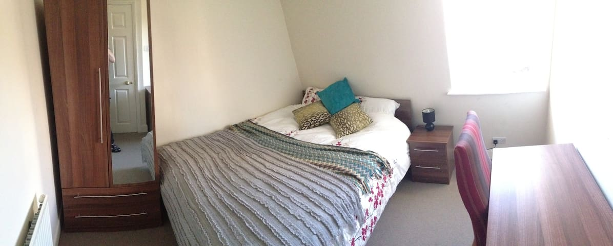 Cosy attic room wth views of central Knightsbridge - London