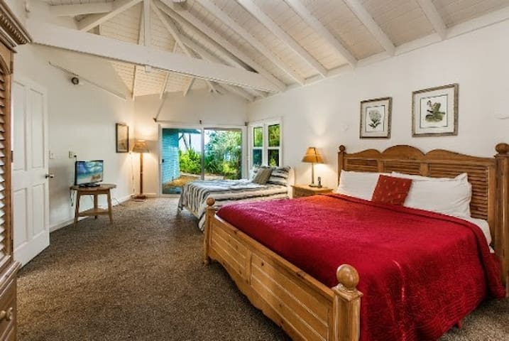 KINGSIZE BED ON THE BEACH - Yoga & Meals Included - Anahola - House