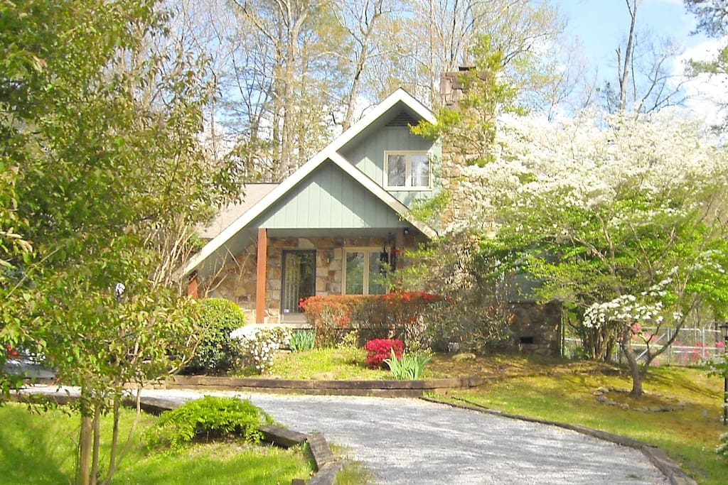 Storybook chalet walk to arts craft for 6 chalets for Arts and crafts gatlinburg tn