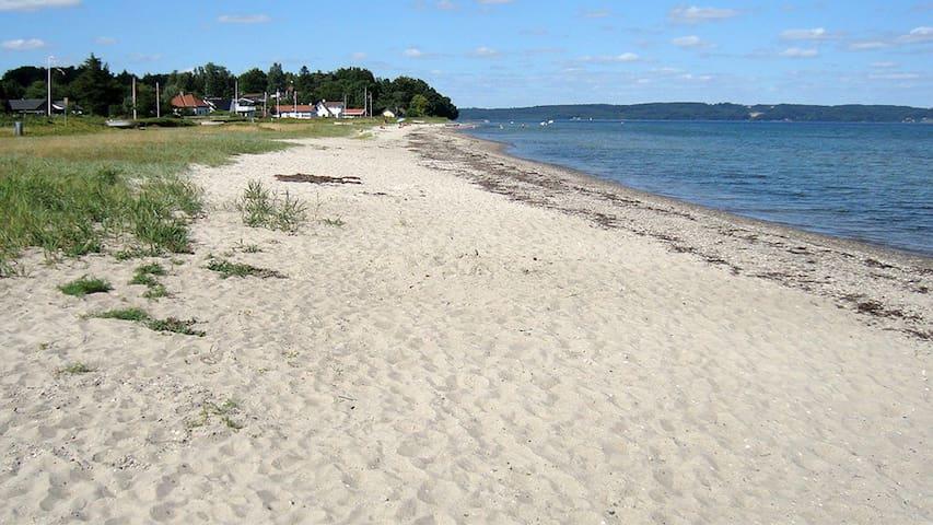 Hyggeligt sommerhus tæt på badevenlig strand.