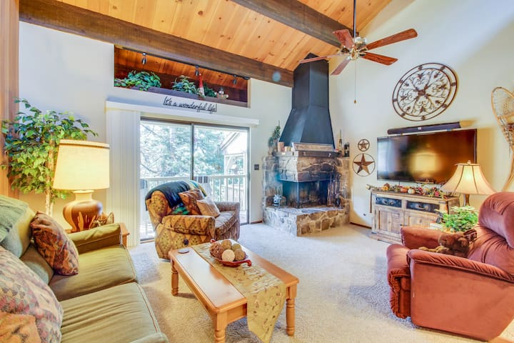 Rustic retreat w/ fireplace, private deck & shared pool
