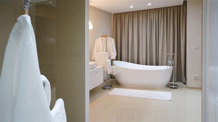 Free standing tub, and also standing shower.