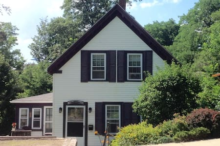 Charming Year Round Home, Plum Cove Cottage