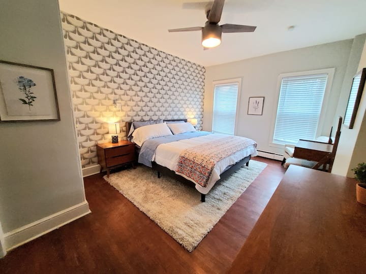 Gorgeous APT w King Bed/full kitchen/prvt laundry