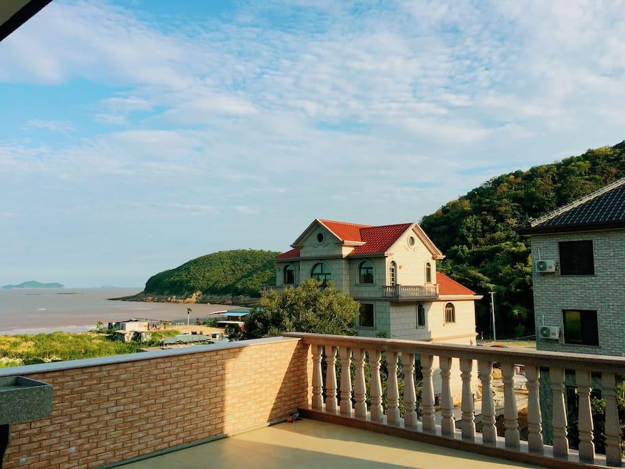 其中一套房子露台看沙滩、海