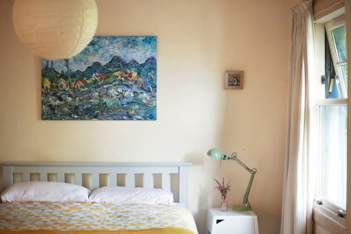 Large en-suite Kingsize @ The Blue House, Dervaig
