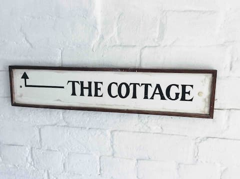 Cosy cottage hideaway, town centre, large garden