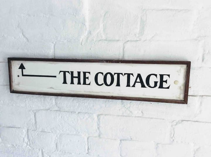 Cosy cottage hideaway, town centre, large garden