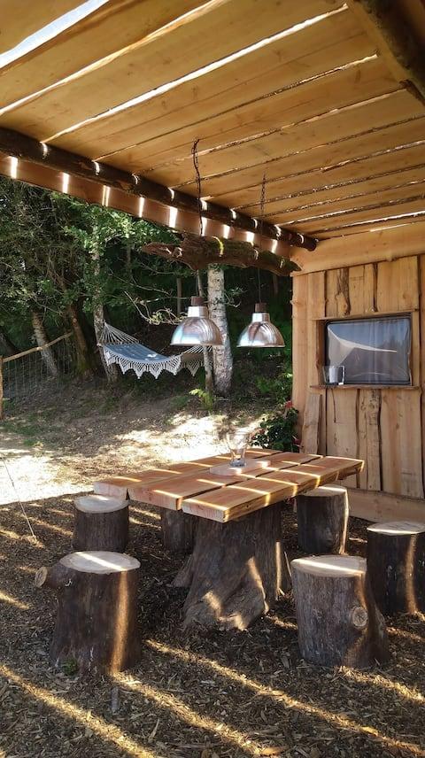Cabane au bord de l'eau en nature Corrézienne
