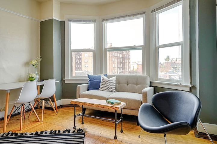 Sunny Studio close to everything on Cap Hill!