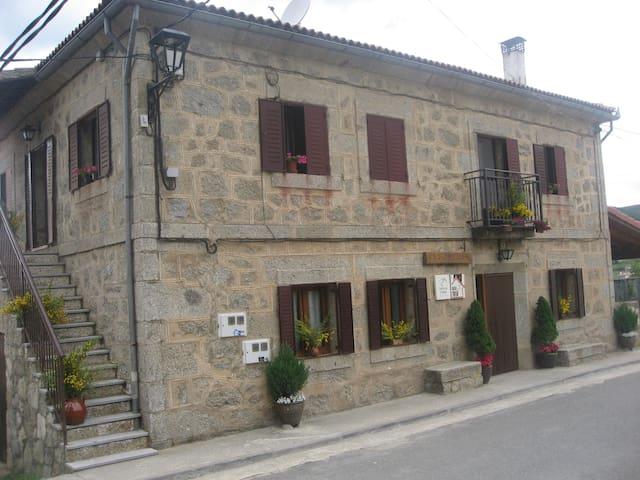 Casa Asomailla Arriba en gredos hoyos del espino