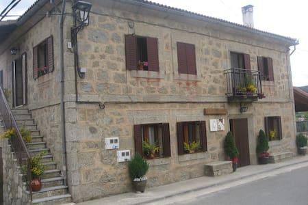 Casa Asomailla Arriba en gredos hoyos del espino - Hoyos del Espino - Huis