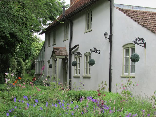 Cosy Cottage-sleeps 5 in 4 bedrooms - Great Cheverell - Hus